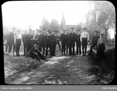 En gruppe menn og ungdom foran Tanum kirke 5
