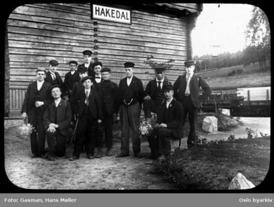En gruppe menn og ungdommer (Ynglingeforeningen på Vålerenga) som poserer for fotografen