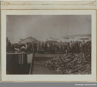 Tørrfiskarbeid på en av Brodtkorbs kaier på Nordre Våg
