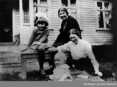 fire jenter utanfor eit hus