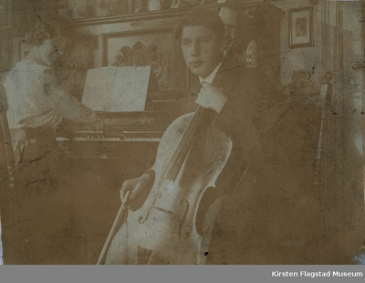 Kirsten Flagstad spiller piano og hennes bror Ole spiller cello hjemme på Villa Furua på Vinderen