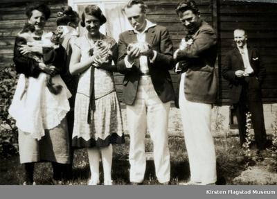 Kirsten Flagstad og hennes slektninger foran gamlebygningen på Johnsrud gård på Eidsvoll