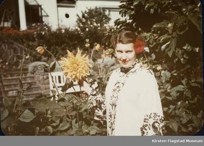 Kirsten Flagstads datter Else Marie i hagen på Amalienborg