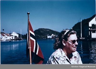 Kirsten Flagstad i sin båt Nuri utenfor hennes hjem Amalienborg i Kristiansand