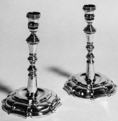 To lysestaker i sølv lagd på midten av 1700-tallet