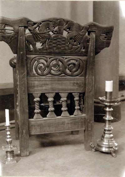 Tronstol fra 1300-tallet og to lysestaker