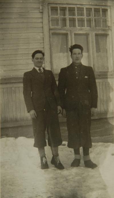 To menn foran et hus