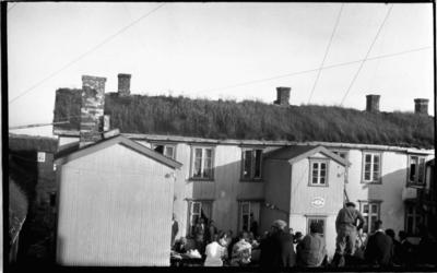 Forsamling ved våningshus med telegrafstasjon og rikstelefon