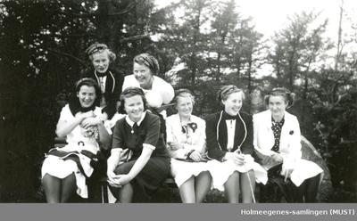 En gjeng jenter med russedrakt