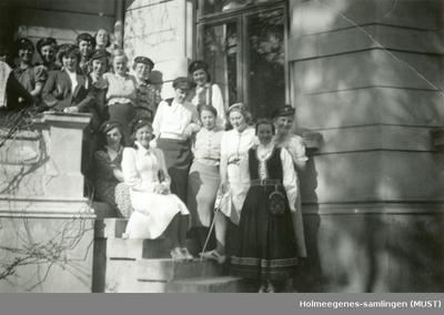 16 kvinner på en balkong/trapp