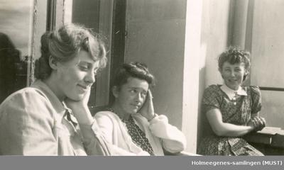 Tre kvinner på en balkong