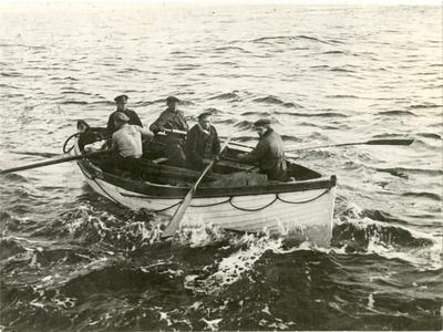 Fem personer i en livbåt