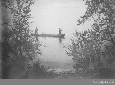 Staking av elvebåt på Tanaelva nedover forbi Langnes