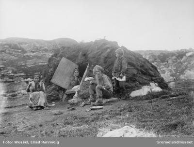 Skoltefamilien Lavran ved sin fiskergamme i Ropelv