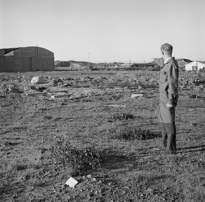 Hans Skeie: Her skal idrettsplassen ligge! En av hallene på Øksnevad ses i bakgrunnen til venstre.
