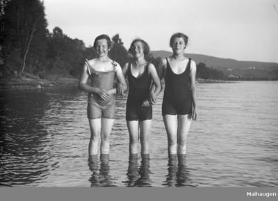 Tre damer i badedrakt