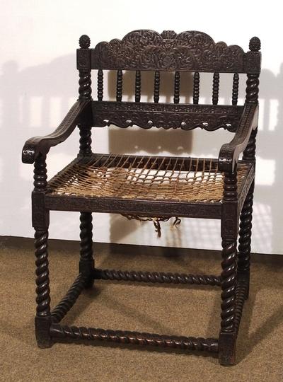 Armstol i stolpekonstruksjon med snodde ben og fire snodde sprosser