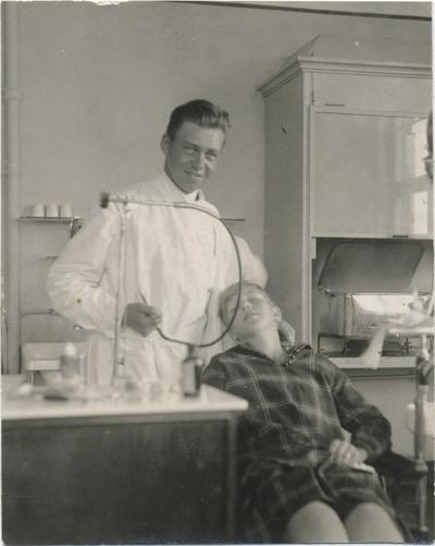 Haakon Bryhni i arbeid som tannlege
