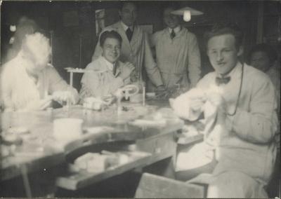 Haakon Bryhni sammen med studenter ved Tannlegehøgskolen i Oslo