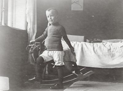 Klaus Petersson ved gyngehest på soverom