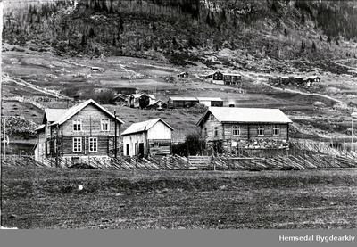 Frå venstre: Sørbygden Handelslag og Bedehuset