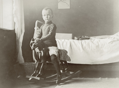 Klaus Petersson på gyngehesten i Peterssons villa