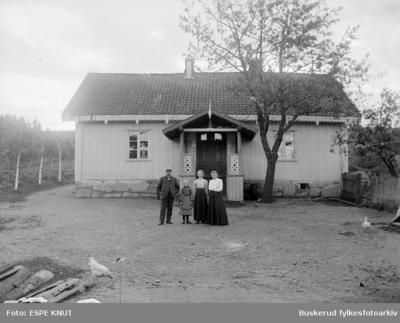 Gruppe foran et hus