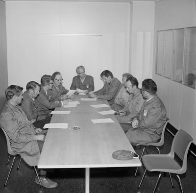 Møte i et av avdelingsutvalgene. Medlemmene er fra venstre...