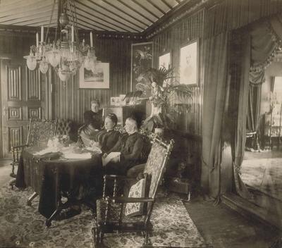 Damene på Strandheim gård i stua