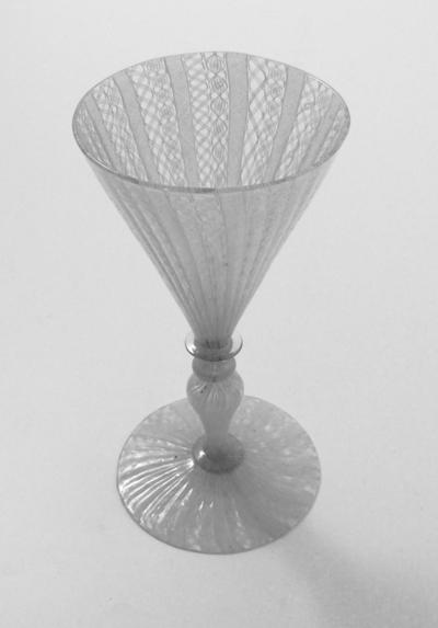 Vinglass av latticino-type med konisk klokke