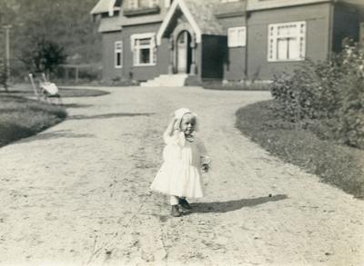 Ingrid Petersson i kjole framfor heimen