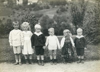 6 barn oppstilt for fotografering i direktørhagen