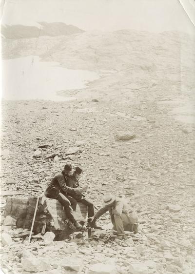 Personar i steinete Alpe-landskap