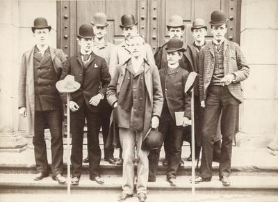 Forsamling av menn med hatt