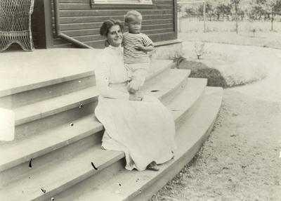 Leonie og Klaus Petersson i sommarklede på hagetrappa