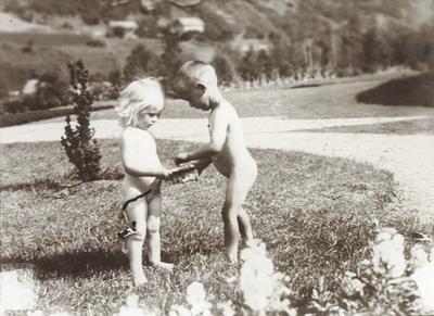 To små nakne barn ein varm sommardag i hagen ved Peterssons villa