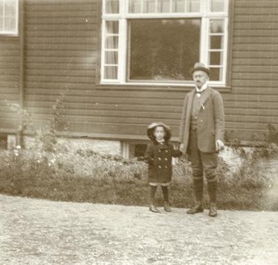 Klaus Petersson og faren Albert Petersson utanfor heimen