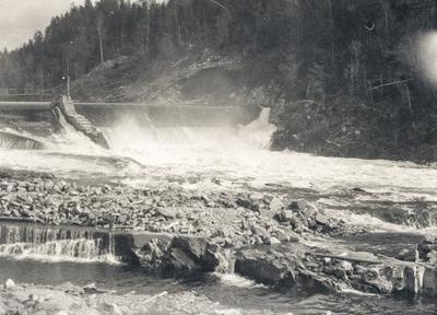 Demning med overløp og rennande elv