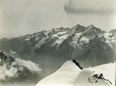 Alpelandskap med snø og fjelltoppar
