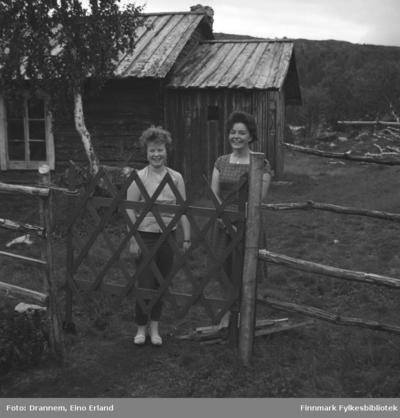 Turid Karikoski og Maija fotografert på en gårdsplass