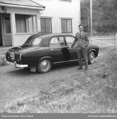 Olav Gabrielsen ved siden av en bil i Karasjok