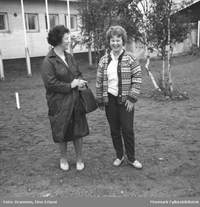 Jenny Drannem og Turid Karikoski står på en gårdsplass