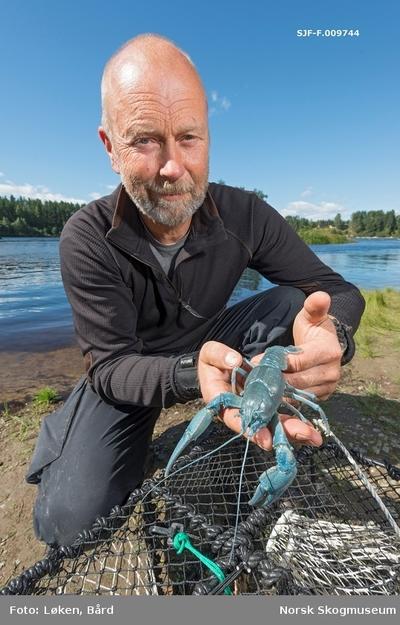 Jon Løyland viser fram en stor kreps som han fanget i krepseteine i Glomma ved Prestøya i Elverum under De nordiske jakt- og fiskedager 2016