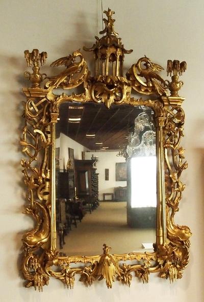 Speil med utskåret og forgylt ramme med rokokko-ornamentikk og kineserier