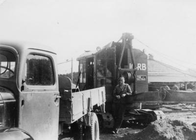 Arbeid med lastebil og gravemaskin tilhørende Orkla Grube-Aktiebolag