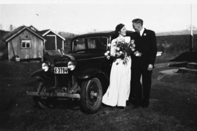 Brudeparet Rønnaug Jakobsen og Ingvart Eliassen foran bil