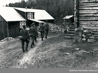Fem soldater på vei inn på tunet på Innvika