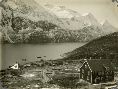 Glomfjord sett sydover. Den første bebyggelsen kommer. Ca. 1915-16
