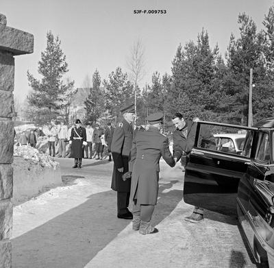 Daværende kronprins Harald ankommer Terningmoen i Elverum for å overvære verdensmesterskapet i skiskyting søndag 21