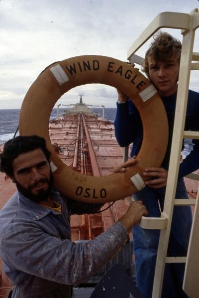 Mannskapet poserer på T/T 'Wind Eagle' (b
